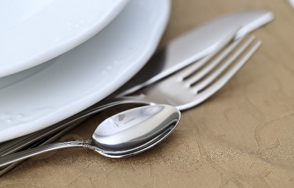 白い食器とカトラリー
