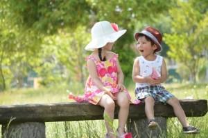 夏の公園で遊ぶ子供達